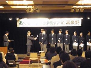 富良野緑峰高校の学生へ,松井支部長から修了証が手渡された.